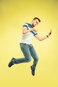 노란색에 가제트와 함께 행복 점프 남자의 전체 길이 초상화