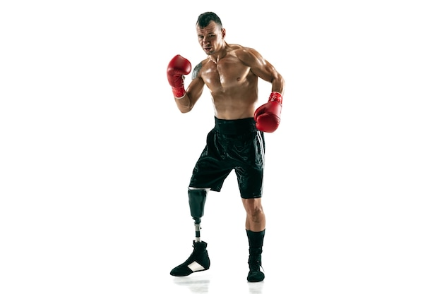 보철 다리, 복사 공간 근육 스포츠맨의 전체 길이 초상화. 빨간 장갑에 남성 권투 선수. 흰 벽에 고립 된 총입니다.