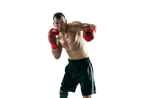 Портрет в полный рост мускулистого спортсмена с протезом ноги, копией пространства. мужской боксер в красных перчатках тренировки и тренировки. изолированный на белой стене. понятие о спорте, здоровом образе жизни. Бесплатные Фотографии