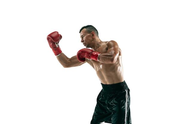 Портрет в полный рост мускулистого спортсмена с протезом ноги, копией пространства. мужской боксер в красных перчатках тренировки и тренировки. изолированный на белой стене. понятие о спорте, здоровом образе жизни. Premium Фотографии