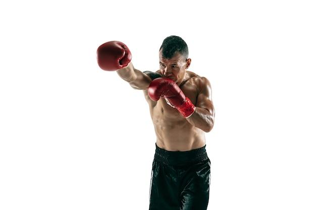 義足、コピースペースを持つ筋肉のスポーツマンの全身像。赤い手袋のトレーニングと練習の男性ボクサー。白い壁に隔離。スポーツ、健康的なライフスタイルの概念。