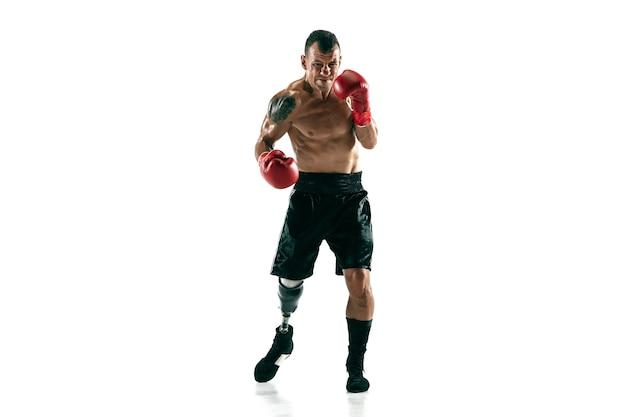 Портрет мускулистого спортсмена с протезом ноги в полный рост