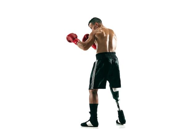 義足を持つ筋肉のスポーツマンの全身像