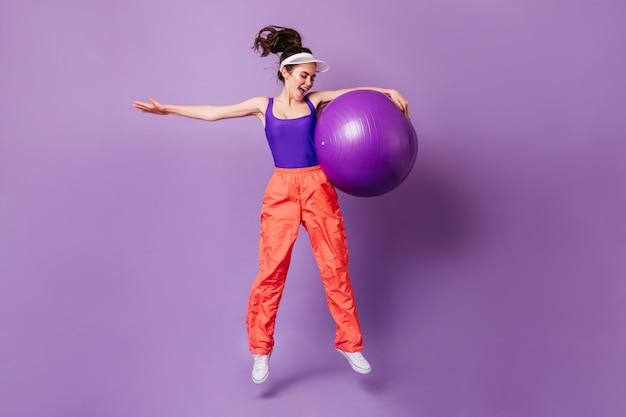 그녀의 손에 fitball와 sportswoman의 전신 초상화