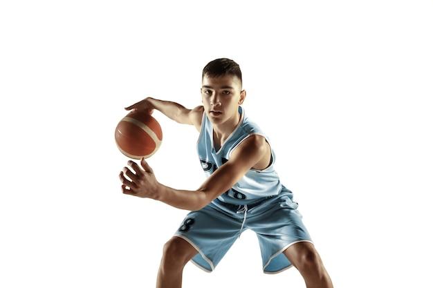 흰색 공간에 고립 된 공 젊은 농구 선수의 전체 길이 초상화