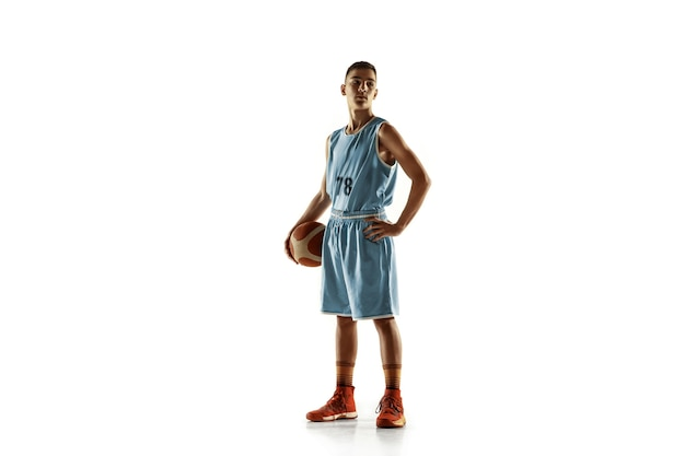 Портрет молодого баскетболиста в полный рост с мячом, изолированным на белом пространстве