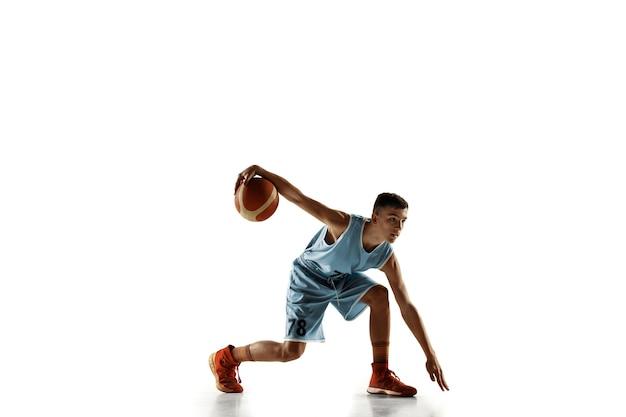 흰색 스튜디오 배경에 고립 된 공 가진 젊은 농구 선수의 전체 길이 초상화. 청소년 교육 및 행동, 모션 연습. 스포츠, 운동, 건강한 라이프 스타일, 광고의 개념.
