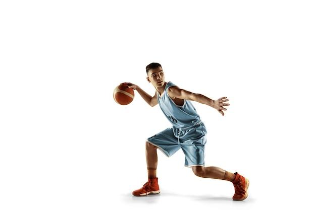 白で隔離のボールを持つ若いバスケットボール選手の全身像