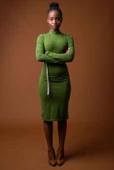 Полнометражный портрет молодой красивой африканской деловой женщины зулусов стоя