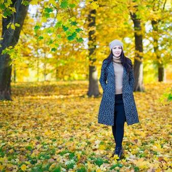 가 공원에서 젊은 아름 다운 여자의 전체 길이 초상화