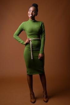 Полный портрет молодой счастливой африканской бизнес-леди зулу, думающей