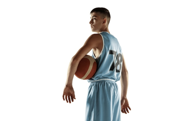Ritratto integrale di giovane giocatore di basket con una palla isolata su uno spazio bianco