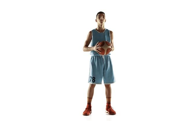 Ritratto integrale di giovane giocatore di basket con una palla isolata su sfondo bianco studio. adolescente in posa sicura con la palla. concetto di sport, movimento, stile di vita sano, annuncio, azione, movimento.