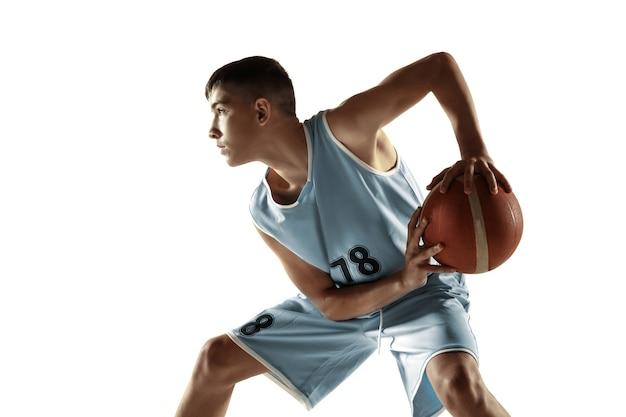 Ritratto integrale di giovane giocatore di pallacanestro con una palla isolata su bianco