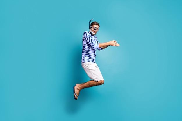 Полная длина фото профиля фанки сумасшедшего парня туристический прыжок высоко плавание водная маска трубка водолазная одежда полосатая матросская рубашка жилет шорты шлепанцы изолированные синий цвет