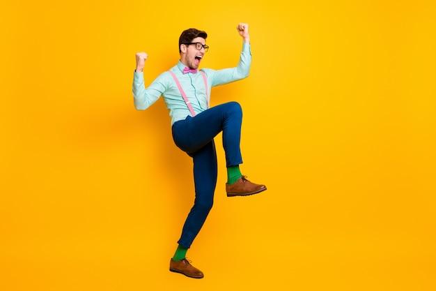 전체 길이 프로필 측면 사진 긍정적 인 남자 즐길 기쁨 승리 코로나 바이러스 covid29 감염 인상 주먹 비명 예 착용 블루 핑크 나비 넥타이 나비 넥타이 절연 밝은 빛 컬러 배경