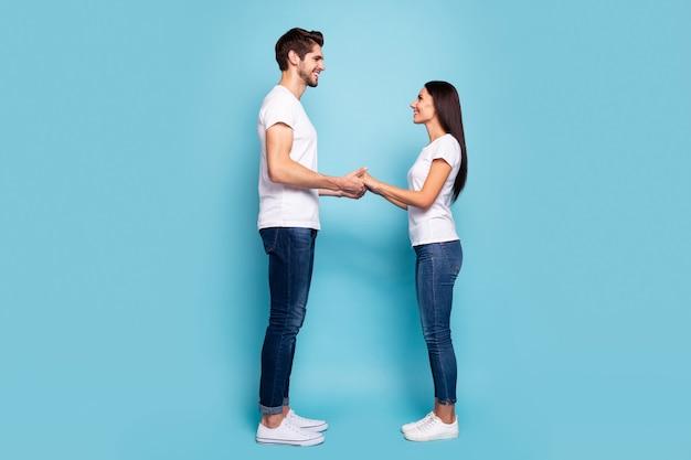 Полная длина вид профиля пара, взявшись за руки