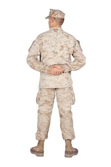 전체 길이 후면 보기 스튜디오 촬영 또는 위장 유니폼 및 유틸리티 커버에 육군 군인, 어깨 너비에 다리와 흰색 절연 등 뒤에 손으로 퍼레이드 휴식 위치에 서