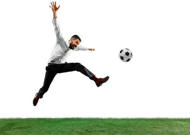 흰색 배경에 고립 된 축구 젊은 사업가의 전체 길이 샷.