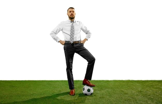 Полнометражный снимок молодого бизнесмена, играющего в футбол, изолированного на белом фоне