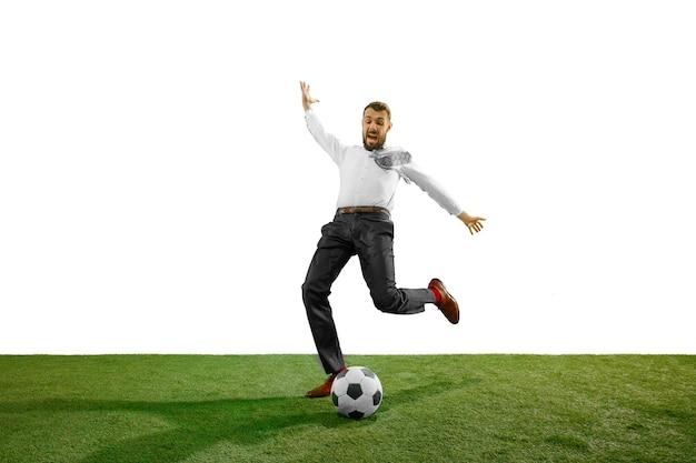 화이트 절연 축구 젊은 사업가의 전체 길이 샷.