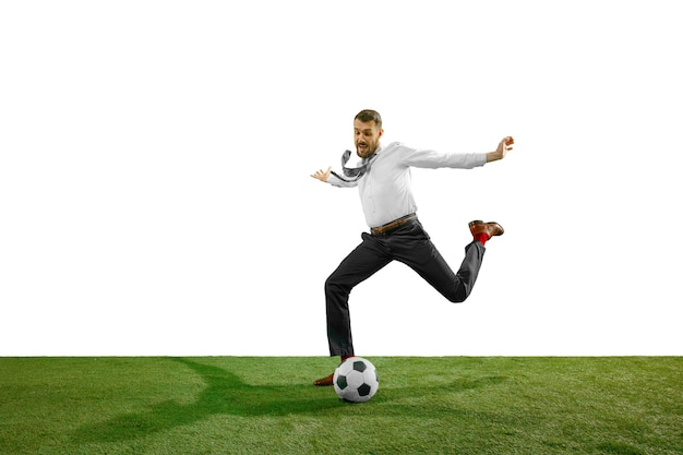 Colpo integrale di un giovane uomo d'affari che gioca a calcio isolato su priorità bassa bianca.