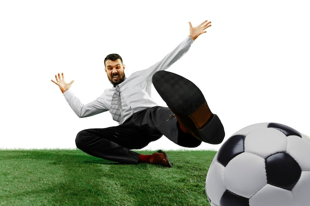 Colpo integrale di un giovane uomo d'affari che gioca a calcio isolato su bianco.
