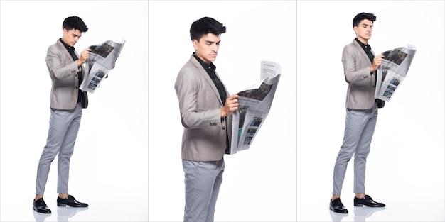 Полная длина оснастки, кавказский деловой человек стоит в костюме темно-зеленой рубашке, серых брюках и туфлях, он уверен и ходит с сильной счастливой улыбкой, читает газету, коллаж на белом фоне