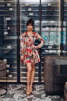 Стоковое фото rf великолепная брюнетка в роскошном дорогом шелковом платье в полный рост