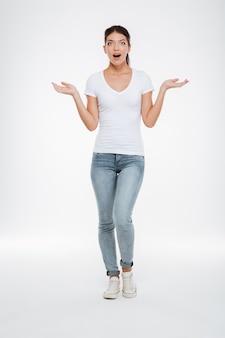 티셔츠와 청바지를 입은 전체 길이 놀란 모델
