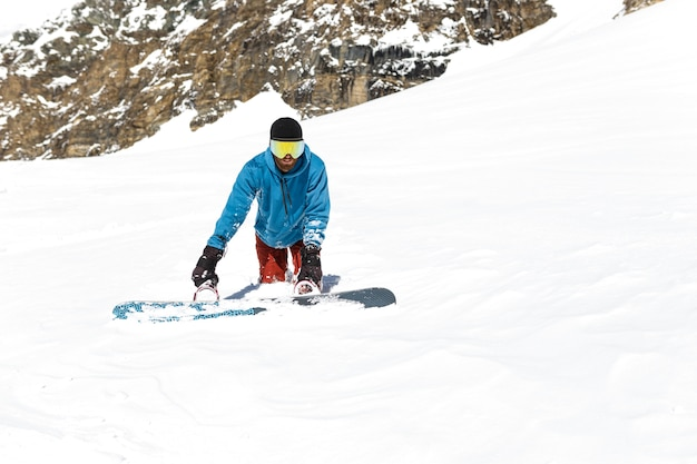 Вид в полный рост на сноуборде, стоящем в снегу, тяжело ходит, застрял в снегу