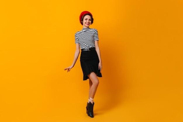 黒のスカートで踊るフランス人女性の全身像