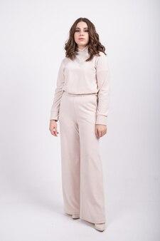 Взгляд в полный рост молодой женщины в костюме джерси. концепция повседневной удобной женской одежды, базового гардероба.
