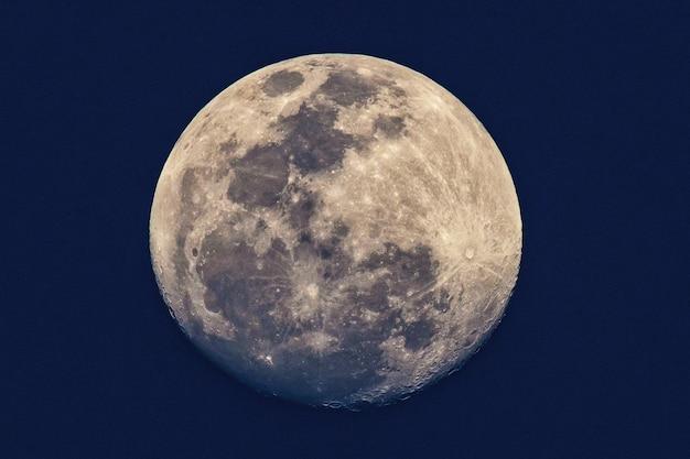 보름달 / 보름달은 달에 발생하는 달의 위상입니다.