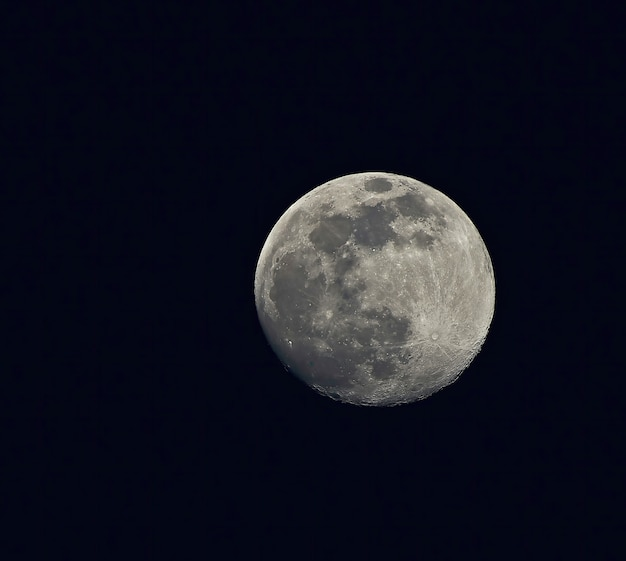 Luna piena nel cielo notturno oscuro