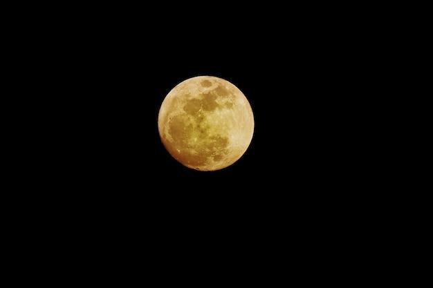 Полная луна, изолированные на черном