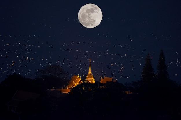 태국 치앙마이 도이수텝 사원의 보름달 밤