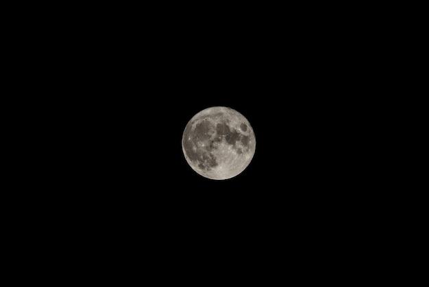 어두운 밤하늘에 보름달