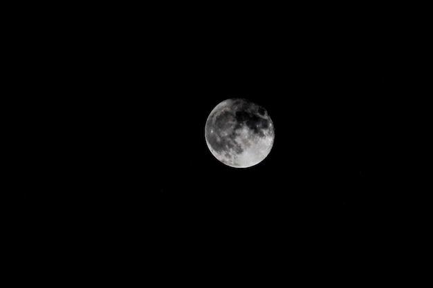 어두운 밤에 보름달