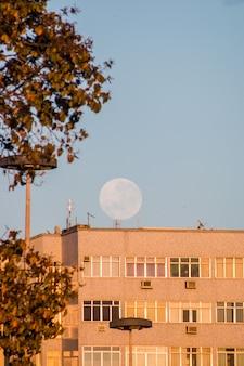 브라질 리우데자네이루의 보타포고 해변에 있는 건물 위로 보름달이 떠 있습니다.