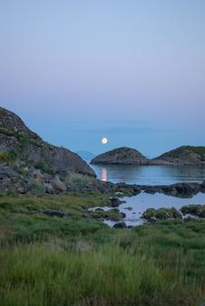 바다와 바위, lofoten, 노르웨이 위에 보름달