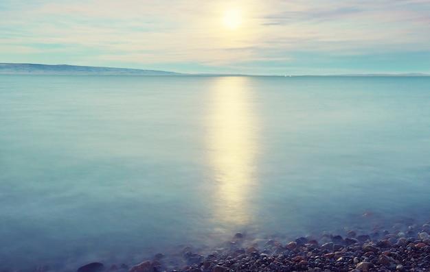 산 호수 위에 떠오르는 보름달