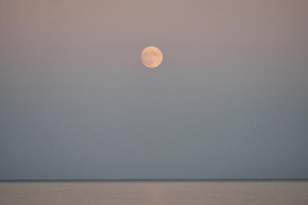 Вечером полная луна над морем