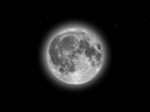 望遠鏡で見た満月