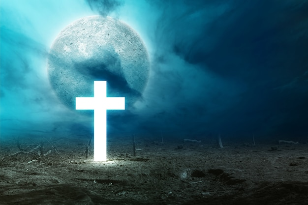 暗い雲景と夜の光沢のある十字架の満月。ハロウィーンのコンセプト