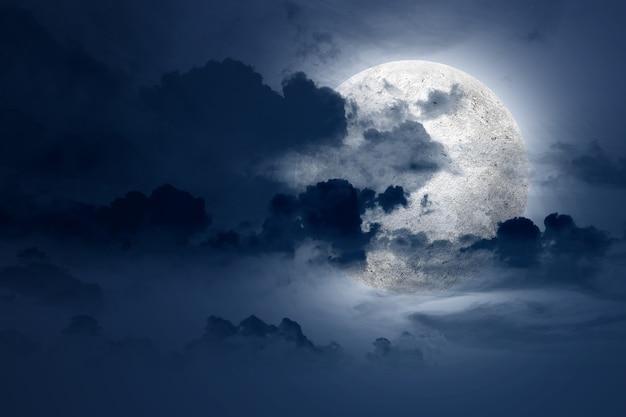 Полная луна с темными облаками ночью. концепция хэллоуина