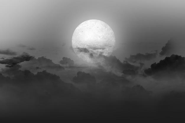 夜に暗い雲景と満月。ハロウィーンのコンセプト