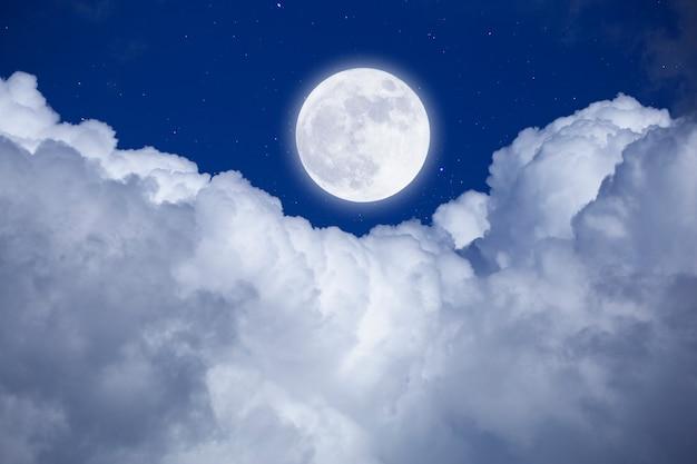 Полная луна с фоном звезд и облаков. романтическая ночь.