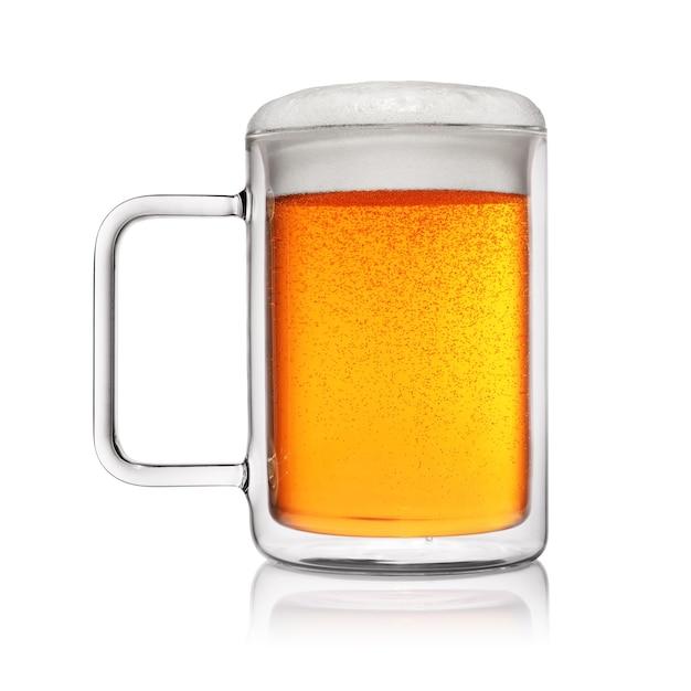 分離された薄黄色のビールの完全なマグカップ