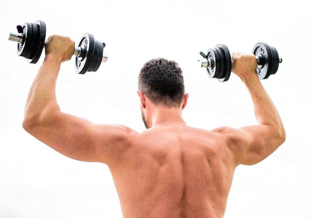 힘이 가득 찬. 남자 스포츠맨 역도입니다. 스테로이드. 피트니스 및 스포츠 장비. 아침에 바벨과 함께 운동하는 근육질의 등 남자. 운동하는 몸. 덤벨 체육관. 건강한 생활.